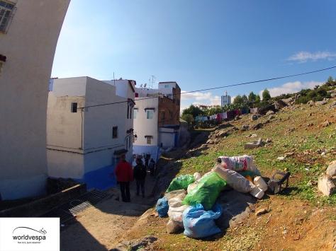 Τα σκουπίδια συμπληρώνουν αρμονικά την εικόνα της πόλης και είναι παντού!