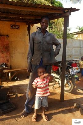 A vespa-mechanic in Lome / Βεσπομηχανικός στην Λομέ.