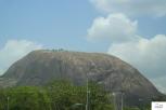 Aso Rock. A huge monolithic rock of 400m, seen from Abuja / Aso rock, ο μονόλιθος 400 μέτρων, είναι το φόντο της Abuja.