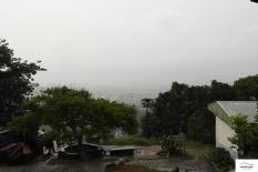 Χαζεύοντας τη βροχή και τη θέα.