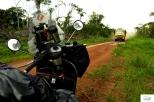 Ευτυχώς μπήκα στο πρώτο Κονγκό όταν είχε ξεκινήσει η περίοδος των βροχών κι έτσι είχα την ευκαιρία να δοκιμάσω όλα τα ηλεκτρονικά βοηθήματα (ASR, ABS, Traction Control) της βέσπας! 10-16-Από τα τελευταία χιλιόμετρα στο Καμερούν άρχισαν τα λασπόλουτρα.