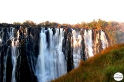 The best time to visit Victoria Falls is at the end of the rainy season, when the amount of water is bigger / Η καλύτερη εποχή για να τους επισκευτείς είναι το τέλος της βρόχινης περιόδου (πολύ περισσότερο νερό).