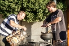 "Cooking ""potjie"", a delicious South African recipe, with Steven and Christo, the couchsurfer who hosted Steven - Μαγειρεύοντας ""ποέκι"" (potjie), παραδοσιακό νοτιοαφρικάνικο πιάτο, μαζί με τον Στίβεν και τον Κρίστο, τον couchsurfer που τον φιλοξενούσε."