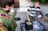"""Cooking """"potjie"""", a delicious South African recipe, with Steven and Christo, the couchsurfer who hosted Steven - Μαγειρεύοντας """"ποέκι"""" (potjie), παραδοσιακό νοτιοαφρικάνικο πιάτο, μαζί με τον Στίβεν και τον Κρίστο, τον couchsurfer που τον φιλοξενούσε."""