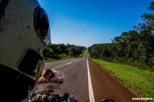 Up and down on the hills on our way to Puerto Iguazu. / Ανεβοκατεβαίνοντας λόφους καθ οδόν για Puerto Iguazu.