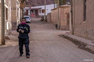 In the narrow, dusty streets of Purmamarca – Στα στενά, σκονισμένα δρομάκια της Purmamarca