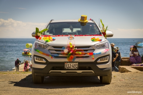 All vehicles decorated and ready for the benediction / Όλα τα οχήματα στολισμένα, έτοιμα να δεχτούν την ευλογία