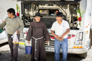 The priest giving his blessing to a truck / Ευλογημένο φορτηγό