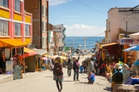 "The ""touristy"" street of Copacabana / Ο ""τουριστικός"" δρόμος της Copacabana"